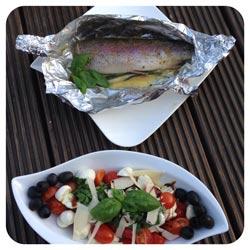 geduenstete-forelle-vom-grill-mit-insalata-caprese