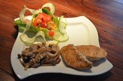 putenschnitzel-mit-rahmchampignons-und-salatbeilage
