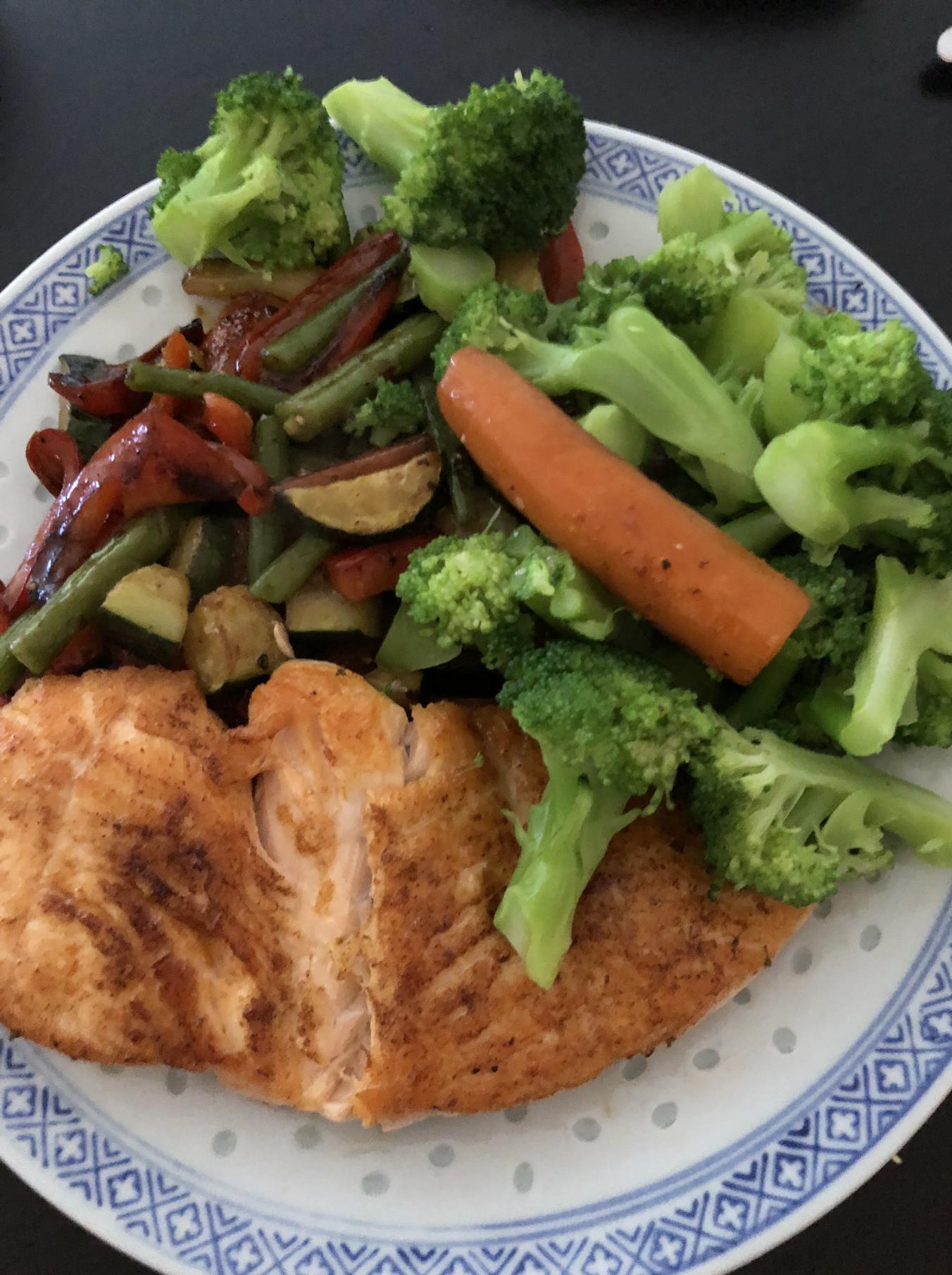 Gemüsepfanne asiatisch mit Lachsfilet