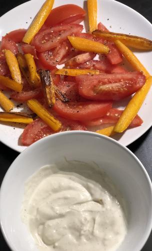 Joghurt Knoblauch Dressing mit Tomate und Karottensticks